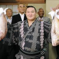 Hakuho secures title with 61st consecutive triumph