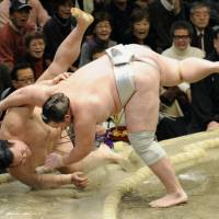 Quick work: Baruto (right) overpowers Kisenosato during Friday's New Year Grand Sumo Tournament action at Ryogoku Kokugikan. | KYODO PHOTO