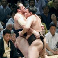 Yokozuna Hakuho makes easy work of Tochinoshin on the first day of the Nagoya Grand Sumo Tournament. | KYODO PHOTO