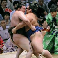 Upset special: Kotoshogiku pushes Hakuho out of the ring on the 11th day of the Nagoya Grand Sumo Tournament. | KYODO