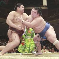 Hakuho, Baruto still tied for tourney lead at 7-0