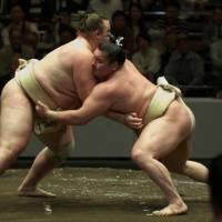 Baruto and Hakuko grapple during a recent yokozuna open practice at the Kokugikan. | KANSHI H. SATO PHOTO