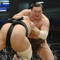 The tactician: Yokozuna Hakuho defeats Aminishiki on Tuesday at the Nagoya Grand Sumo Tournament. | KYODO