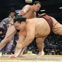 f strength: Yokozuna Hakuho defeats Kisenosato on Saturday at the Nagoya Grand Sumo Tournament. | KYODO
