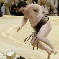 Hakuho stands alone atop standings at 4-0