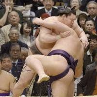 Hakuho maintains place at top