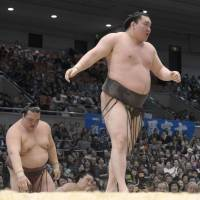 Still unbeaten: Hakuho improves to 12-0 by defeating ozeki Kisenosato on Thursday at the Spring Grand Sumo Tournament in Osaka. | KYODO