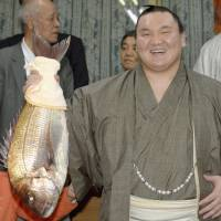 Perfect Hakuho wins title