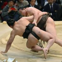 Hakuho finishes with perfect record
