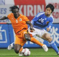 Hard-nosed battle: Japan midfielder Shinji Kagawa battles Cote d'Ivoire defender Etienne Arthur Boka for the ball during Saturday's Kirin Cup at Toyota Stadium in Aichi Prefecture. Japan won 1-0. | KYODO PHOTO