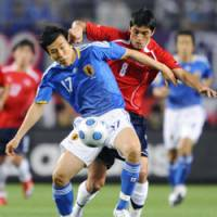 Battle for the ball: Japan midfielder Makoto Hasebe steps in front of Chile midfielder Rodrigo Millar to take control of the ball during Wednesday's Kirin Cup at Nagai Stadium in Osaka. Japan won 4-0. | KYODO PHOTO