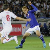Possession battle: Czech Republic midfielder Tomas Sivok and Japan counterpart Keisuke Honda vie for the ball in the first half of Tuesday's international friendly at Nissan Stadium. The match ended in a scoreless draw. | KYODO