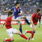 Kagawa steals show as Japan routs rival