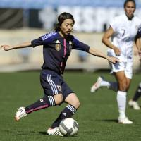 Fluid: Kozue Ando moves for the ball during Nadeshiko Japan's Algarve Cup match against the United States on Monday in Faro, Portugal. Japan won 1-0. | KYODO