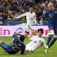 In the nick of time: Shinji Kagawa scores against France in the 88th minute of a friendly international at the Stade de France on Friday night. Japan won 1-0. | KYODO