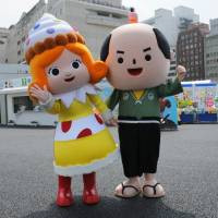 Expo mascots Sweets Hime and Kashinari-kun welcome visitors.  | SATOKO KAWASAKI