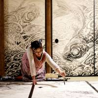 Seasonal work: Yuki Murabayashi works on 'Winter' (2012) for Jusho-in, a subtemple of Myoshin-ji Temple. | AKIHITO YOSHIDA