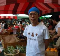 Making connections: Yusuke Miyaji, president of Refarm, which cooperates with the Mori Building Company, Ltd., to hold the Hills Marche farmers market at Ark Hills in Tokyo's Roppongi district every Saturday, also holds monthly barbecue events to connect farmers with consumers. | MELINDA JOE PHOTO