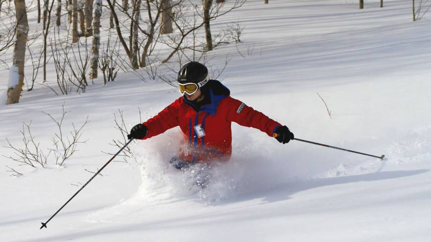 Instructor-guide Tomo Shuhama shows his fine style on an ungroomed and testing slope.