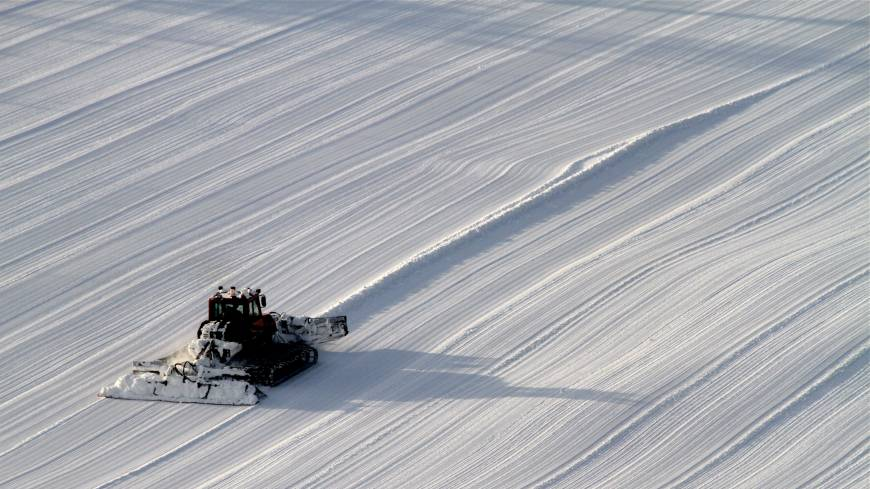 Pure and simple: Snow-grooming seen from on high.