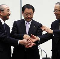 Big three: Akio Toyoda, president of Toyota Motor Corp. (center), Vice Chairman Katsuaki Watanabe (left) and Chairman Fujio Cho shake hands during a news conference in Tokyo in January. | BLOOMBERG