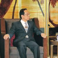 Fukuda, Xi meet at confab in China but stay silent on tensions