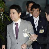 Ishin leaders, Abe meet on revising Constitution
