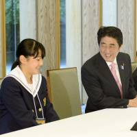 Fukushima students tour Abe's office
