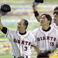 Two of a kind: Yomiuri Giants manager Shigeo Nagashima (front) and star player Hideki Matsui acknowledge the crowd's support in Tokyo Dome after winning the Japan Series in October 2000. | KYODO
