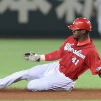 Taking the plunge: Hiroshima's Fred Lewis accepted an offer to play in Japan after taking advice from other foreign players in NPB. | KYODO