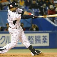 Balentien powers Swallows to sweep of Giants