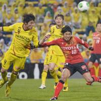 Staying tough: Kashiwa Reysol's Daisuke Suzuki (left) and Yoshizumi Ogawa of Nagoya Grampus tussle for the ball in Saturday's J.League match at Hitachi Stadium. The teams settled for a 3-3 draw. | KYODO