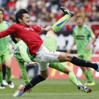 Shinzo Koroki makes a decisive kick in the first half of the Urawa Reds game against Shonan Bellmare. | KYODO