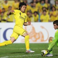 Get in there: Kashiwa's Masato Kudo scores against Central Coast during their Asian Champions League match on Tuesday. Kashiwa won 3-0. | KYODO