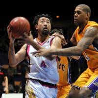 Career's coming to a close: Veteran guard Makoto Hasegawa of the Akita Northern Happinets, the bj-league's oldest player at age 42, has been a well-known figure in Japan hoops since his days at Noshiro Technical High School in Akita Prefecture. | YOSHIAKI MIURA