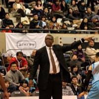 Getting the job done: Bill Cartwight, a former Chicago Bulls head coach, has guided the Osaka Evessa to 10 straight wins, including Saturday's 86-51 triumph over the visiting Akita Northern Happinets. | HIROAKI HAYASHI