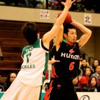 Scrappy effort: Yuki Kitamuki (left), seen defending Osaka Evessa guard Satoshi Takeda in this file photo, and the Saitama Broncos swept the host Gunma Crane Thunders over the weekend. | HIROAKI HAYASHI