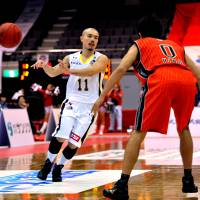 Potent scorer: Tokyo's Cohey Aoki, seen in this file photo, drained seven 3-pointers in the Cinq Reves' 101-83 road win over the Saitama Broncos on Saturday. | YOSHIAKI MIURA