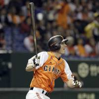 Impressive night: The Giants' John Bowker hits a pair of home runs on Friday against the Swallows at Tokyo Dome. Bowker helped Yomiuri defeat Tokyo Yakult 8-6. | KYODO