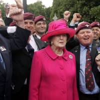 Proud veterans: Margaret Thatcher poses in London with some former Parachute Regiment members as they take part in a ceremony to mark the 25th anniversary of the Falkland Islands conflict in June 2007. | AFP-JIJI