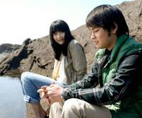 Strangers on the shore: Eriko Sato and Yuya Yagira in 'Subete wa Umi ni Naru' | © MEDIA MIX JAPAN