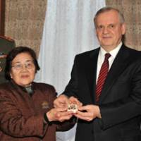 Vindication: At the Russian Embassy in Tokyo on Jan. 13, 2010, Russia's Ambassador to Japan, Mikail Bely, presents Toshiko Tokuyama with the Order of the Patriotic War (Second Class) awarded posthumously to her uncle, Yotoku Miyagi, in 1964. | YOSHIAKI MIURA PHOTO
