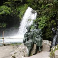 Statues of characters from the novel 'The Izu Dancer'