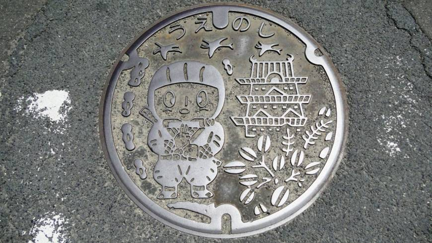 A municipal manhole cover cutely reflect local pride in the Mie Prefecture city's heritage.