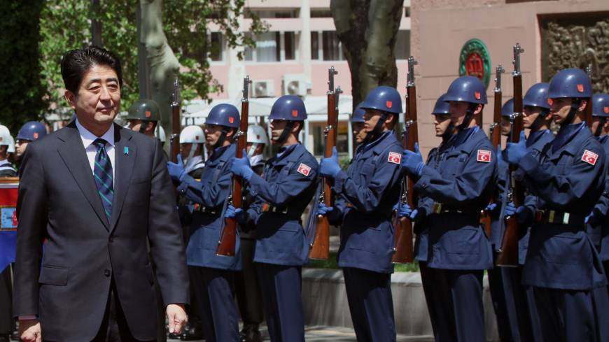 Economic detour: Prime Minister Shinzo Abe inspects a Turkish military honor guard in Ankara on Friday.