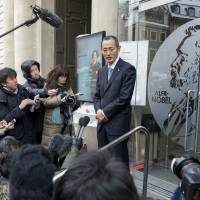 Laureate: Shinya Yamanaka, the 2012 Nobel medicine laureate, talks to the press Thursday at the Nobel Musuem in Stockholm. | AFP-JIJI