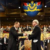 Shinya Yamanaka, joint winner of the 2012 Nobel Prize in physiology or medicine, receives his prize from Sweden's King Carl XVI Gustaf during the award ceremony at the Stockholm Concert Hall on Monday. | REUTERS/KYODO