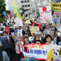 Heated: A huge crowd converges for the weekly antinuclear rally outside the prime minister's office on June 29, 2012. More than 100,000 showed up on that day, according to organizers' estimate. | SATOKO KAWASAKI