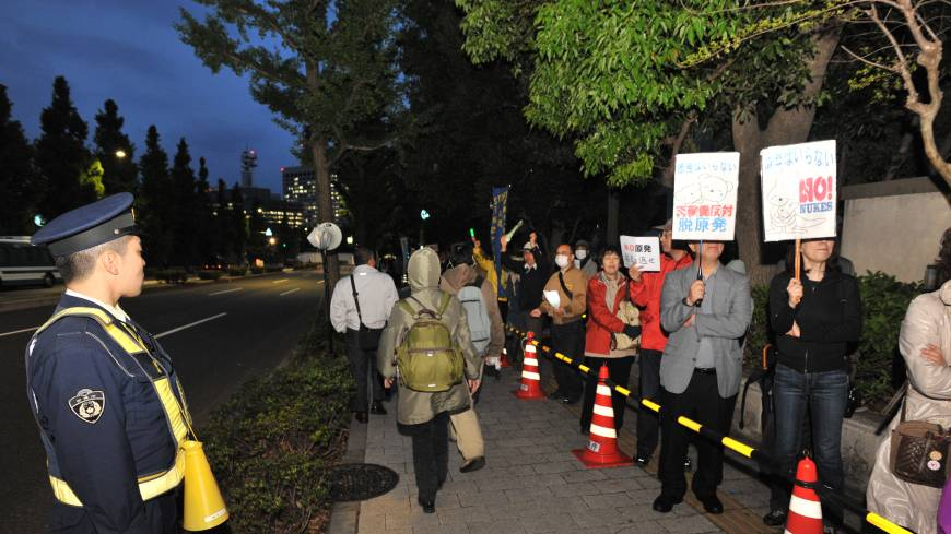 People joined a weekly protest in front of the prime minister's office last Friday, but the number of participants had plummeted compared to last June and July.