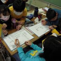 Early education: Students at Akagi Elementary School in Koriyama, Fukushima Prefecture, learn about radiation in 2012. Classes on radiation are now taught in every elementary and junior high school in the prefecture. | MIZUHO AOKI
